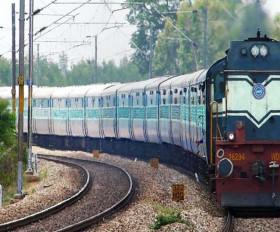 ट्रेन से नीचे गिरा यात्री, उठाने के लिए आधा किलोमीटर पीछे दौड़ा दी ट्रेन, पायलट और गार्ड होंगे सम्मानित