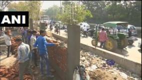 तैयारी: गुजरात की गरीबी छिपाने सड़कों पर खड़ी की जा रही दीवार, ताकि ट्रम्प को न दिखे झुग्गियां