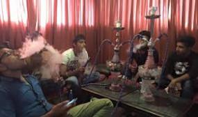 हुक्का पार्लर पर छापा : बेफिक्र होकर उड़ा रहे थे धुआं, 5 गिरफ्तार