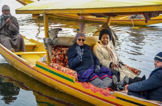 J&K : प्रदेश के हालातों का जायजा लेने पहुंचा विदेशी डेलीगेशन, सिविल सोसाइटी के प्रतिनिधियों सें मिले, डल झील की सैर भी की