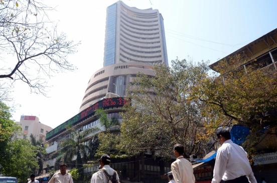 शेयर बाजार: सेंसेक्स 300 अंक लुढ़का, निफ्टी में भी 100 अंकों की गिरावट