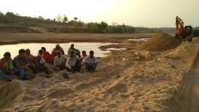 सोनभद्र : बालू खदानों में लगती है आदिवासी मजदूरों की मंडी