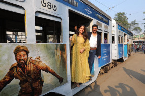 """Web Series: """"द फॉरगॉटन आर्मी"""" के प्रचार के लिए कोलकत्ता में कबीर खान और शर्वरी, ट्रेन में दिए पोज"""