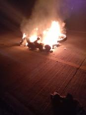 दर्दनाक हादसा: दो ट्रकों के बीच में फंसकर जिंदा जले दो बाइक सवार