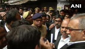 लखनऊ के कोर्ट में धमाका, कई वकील घायल, तीन जिंदा बम बरामद