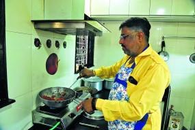 किचन संभाल रहे घर के जेंट्स, रोज बन रही नई-नई डिश