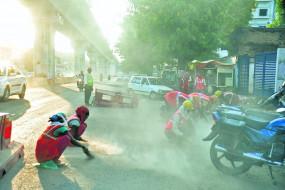 खतरनाक बन रही सड़क पर उड़ रही धूल, गाइडलाइन का नहीं हो रहा पालन