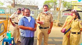 लगातार ड्यूटी पर तैनात पुलिस कर्मियों की मदद के लिए बढ़ाया हाथ, चाय-नाश्ता से कर रहे सेवा