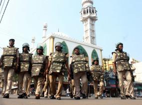 होली के लिए तिरपाल से ढका गया अलीगढ़ का मस्जिद