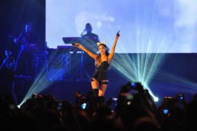 एरियाना ग्रांडे ने कोविड-19 आइसोलेशन में व्हिटनी ह्यूस्टन का गाना गाया