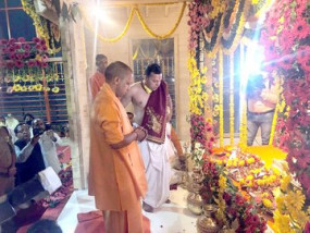 अयोध्या: रामलला को नए आसन पर किया गया विराजित, सीएम योगी ने मंदिर निर्माण के लिए दिए 11 लाख रुपए