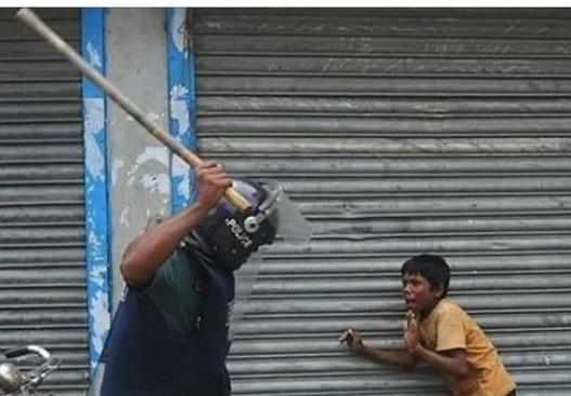 Fake News: क्या दिल्ली पुलिस ने बच्चे को पीटा? जानें क्या है वायरल तस्वीर का सच