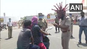 Lockdown: कोरोनावायरस बनी तमिलनाडु पुलिस, घर में रहने के लिए लोगों को कर रही जागरूक