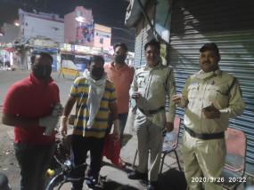 कोरोना वायरस: लॉकडाउन में तैनात पुलिसकर्मियों की सेवा कर रहे एलिकजेंडर, पिलाई चाय, खिलाए बिस्किट