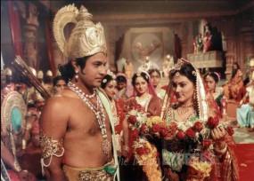 LOCKDOWN: परिवार संग रामायण देख रहे 'राम' सोशल मीडिया पर वायरल हुई तस्वीर