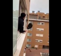 कोरोना वायरस: इटली के नागरिकों को कोरोना से नहीं ड़र, खिड़की से टेनिस खेल रहे दो लड़को वीडियो हुआ वायरल