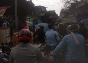 कोरोनावायरस : दिल्ली के थोक बाजारों में अभी भी लोगों की भीड़