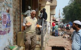 दिल्ली हिंसा : मुस्तफाबाद ईदगाह राहत शिविर में बारिश के बाद लोग परेशान