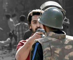 Delhi Violence: हिंसा के दौरान पुलिस पर पिस्टल तानने वाला शाहरुख यूपी से गिरफ्तार
