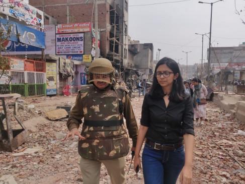 दिल्ली हिंसा : महिला आयोग ने 2 साल की बच्ची को परिजनों से मिलवाया
