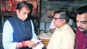 गृहमंत्री देशमुख ने दो रेस्टॉरेंट पर छापा मारा, सामने से शटर बंद कर पीछे से हो रही थी बिक्री