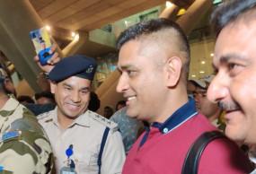 आईपीएल स्थगित होने के बाद फैन्स से मिले धोनी
