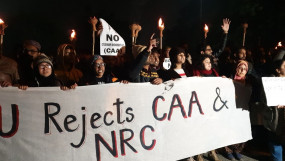 लखनऊ में सीएए के खिलाफ प्रदर्शन कर रही महिलाओं को हटाने का प्रयास, कड़ा विरोध