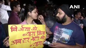 Nirbhaya Case: इंसाफ के आगे कोरोना भी हारा, तिहाड़ के बाहर लोगों ने मनाया जश्न, बांटी मिठाइयां