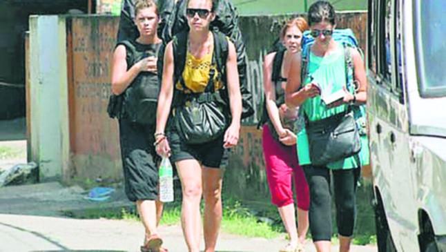 हजारों की तादाद में विदेशी पर्यटक हुए यहां से वहां, सरकार नीतियां बनाती रही