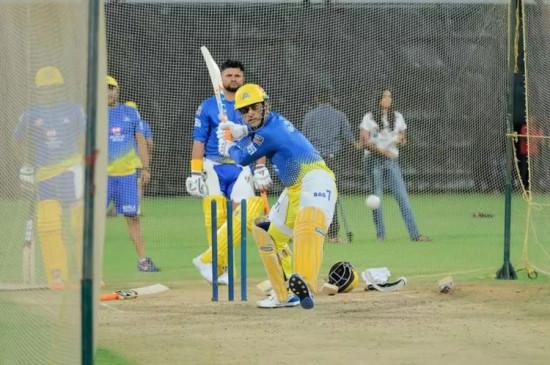 IPL 2020: धोनी ने 5 गेंद में जड़े लगातार 5 छक्के, फेन्स बोले... 'माही फिर मार रहा है'