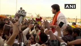 MP: भोपाल पहुंचे ज्योतिरादित्य सिंधिया, बीजेपी ऑफिस में भव्य स्वागत, कल भरेंगे राज्यसभा का पर्चा