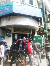 कर्नाटक : नकदी निकलवाने के लिए जूझते नजर आए यस बैंक के ग्राहक
