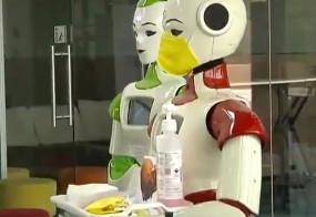 केरल: कोरोनावायरस का खौफ, कोच्चि के गांव में रोबोट बांट रहे सेनिटाइजर
