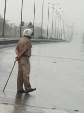 तेज हवा के साथ हुई हल्की बारिश, अभी और भी हो सकती है बूंदा-बांदी