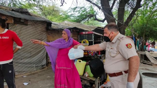 लॉकडाउन : दिल्ली पुलिस के अलग-अलग चेहरे, कहीं मदद तो कहीं फेंकी सब्जियां