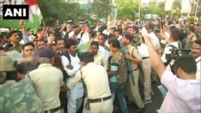 MP Political Drama: भोपाल में कांग्रेस-भाजपा कार्यकर्ताओं में हाथापाई, धारा 144 लागू, ग्वालियर में इमरती देवी के घर में लगी आग