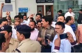 मध्यप्रदेश सियासी ड्रामा: इंतजार करते रह गए स्पीकर एनपी प्रजापति, भोपाल नहीं लौटे कांग्रेस के बागी विधायक, एयरपोर्ट पर भिड़े भाजपा-कांग्रेस कार्यकर्ता