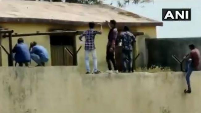 महाराष्ट्र: 10वीं परीक्षा में दीवार फांद कर चिट पकड़ाते रहे लोग, देखें वीडियो
