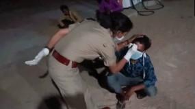Video : पुलिस अधिकारी ने प्रवासी मजदूर के माथे पर लिखा, 'मैंने लॉकडाउन का उल्लंघन किया है'