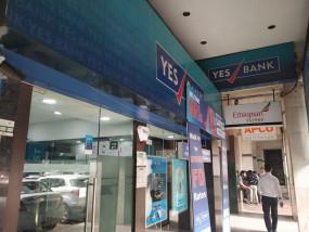 मुंबई : नाराज ग्राहक नकदी के लिए यस बैंक के सामने कतार में