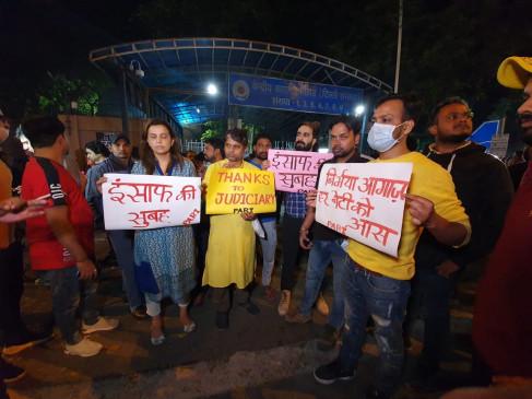 निर्भया मामला : लोगों ने पोस्टरों के जरिए तिहाड़ के बाहर न्यायपालिका को दिया धन्यवाद