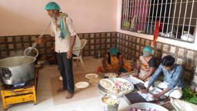 कोई भी न रहे भूखा, सिंधी समाज और व्यापारी रोजाना मजदूर व जरूरतमंदों को खिला रहे भोजन