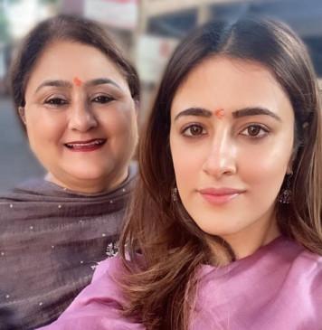 मां के साथ मुंबई के सिद्धिविनायक मंदिर पहुंची नूपुर सैनन