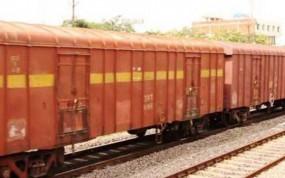 ट्रेन की चपेट में आने से एक व्यक्ति का पैर कटा, महिला बाल-बाल बची