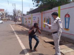 लॉकडाउन का उल्लंघन करने वालों पर पुलिस ने दिखाई सख्ती - पिटे कई मनचले