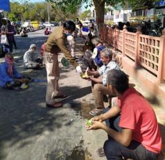 रेलवे ने लॉकडाउन के बीच जरूरतमंदों के बीच भोजन बांटा