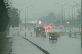 मौसम: Delhi-NCR में बारिश ने बढ़ाई ठंड, सकड़ों पर जाम, कई राज्यों में अलर्ट