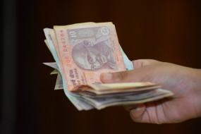 डॉलर के मुकाबले रुपया 61 पैसे फिसला