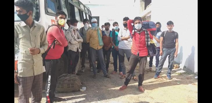 सिवनी प्रशासन ने रोकी बालाघाट से निकली मजदूरों की बस, वापस लौट घर के लिये पैदल ही चल पड़े मजदूर
