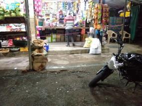 कोरोना वायरस: दुकानदारों ने खींची लक्षमण रेखा, एक-एक कर दे रहे सामान